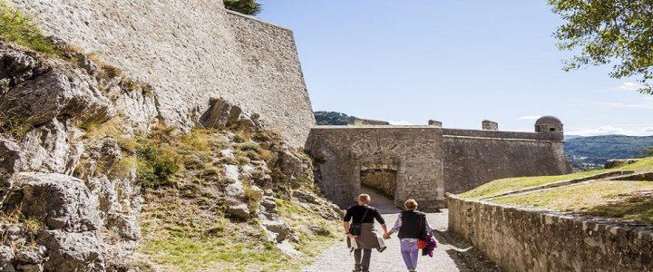 Qu'offre aux visiteurs la ville de Sisteron selon la saison ?
